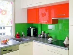 Xu hướng sử dụng kính cường lực màu trong nội thất bếp hiện đại