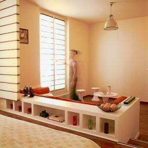 Phân chia phòng khách và phòng ngủ bằng những chiếc ghế dài