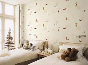 Phòng ngủ mùa hè với giấy dán tường họa tiết nhẹ nhàng