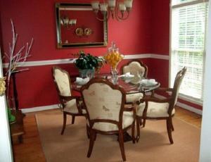 Trang trí phòng ăn nổi bật với tông đỏ ấn tượng